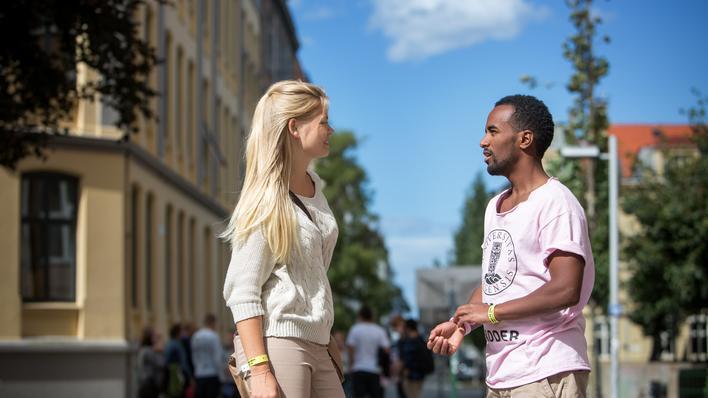 Bilde av to studenter som snakker på John Lunds plass