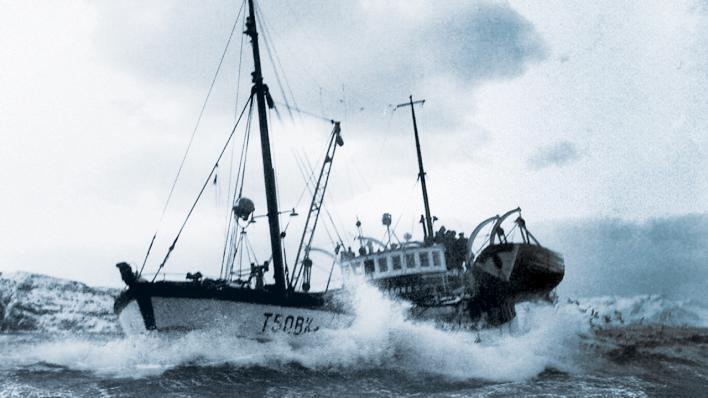 Fiskebåt på røft hav