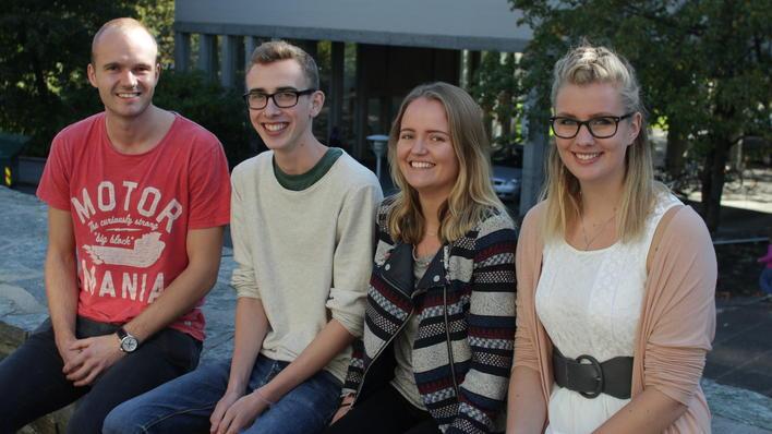 Geologistudentene Erlend Gjøsund, Magnus Thorvik, Hanna Brække og Stine Øiseth  utenfor Realfagbygget i Bergen