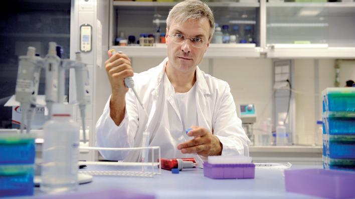 Professor Bjørn Tore Gjertsen in the lab.