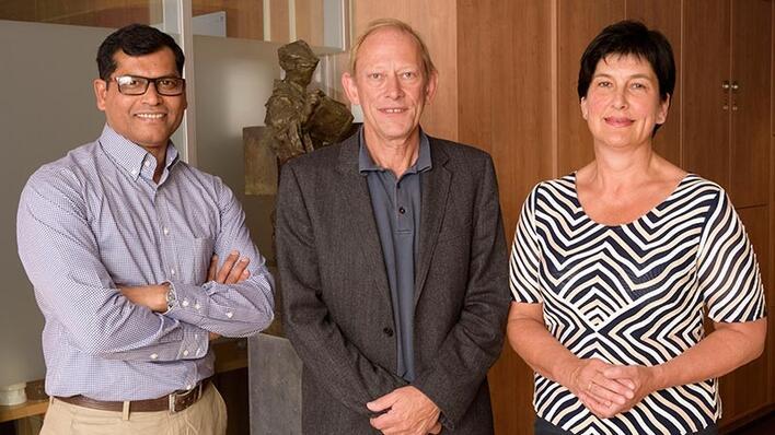 Seniorforskar Kamrul Islam, professor Jan Erik Askildsen og professor Sabine Ruths