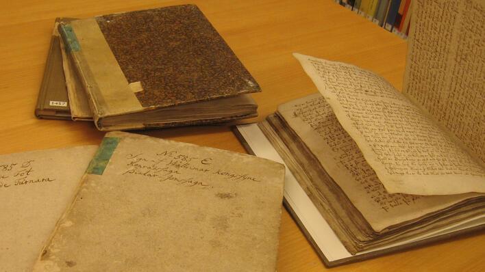Bilde av en rekke håndskrifter fra den Arnamagnæanske håndskriftsamling