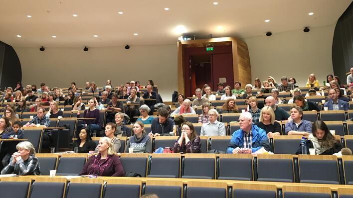 """Deltakerne på Fagdag samlet til første foredrag i """"Egget"""" på Studentsenteret."""