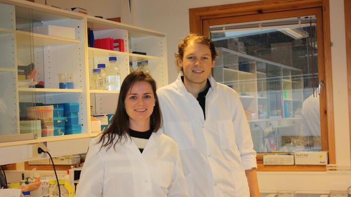 To forskere i et laboratorium