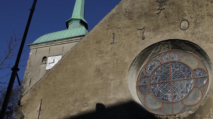 bilde av korskirkens fasade mot blå himmel