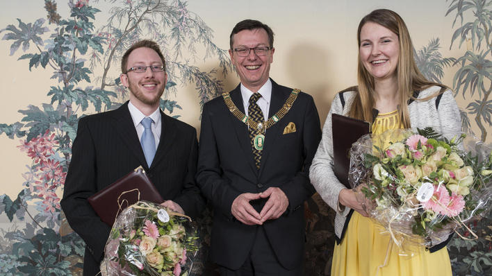 Harald Barsnes (left) and Katrine Vellesen Løken (right) pose with UiB's Rector Dag Rune Olsen after receiving the Meltzer Award for young researchers on Friday 6 March 2015.