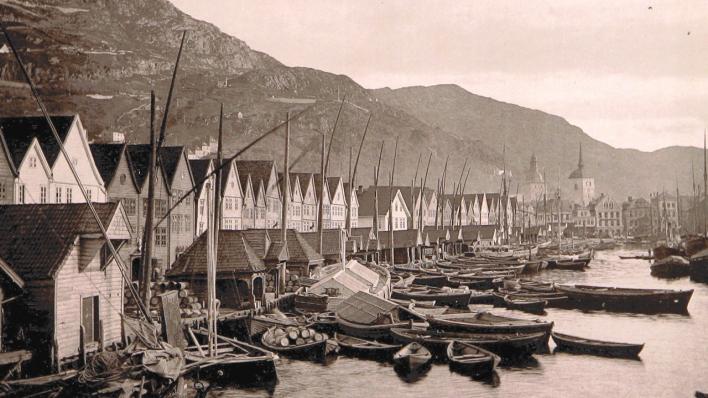 Gamalt frå 1800-talet av Bryggen i Bergen med mange båtar framfor