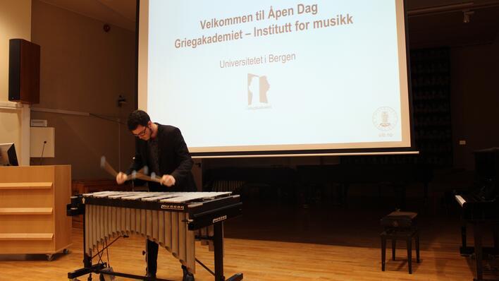 Bilde av slagverker Ola berg riser som spiller vibrafon