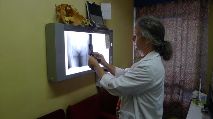 Surgeon and UiB researcher Sven Young using a smart phone to take a picture of an X-ray.