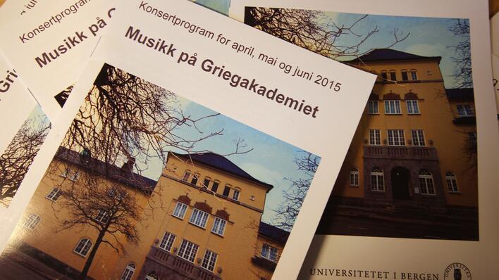 """bilder av de trykte programmene """"musikk på griegakademiet"""""""