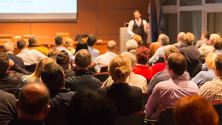 Illustrasjonsbilete: Publikum lyttar til forelesing.