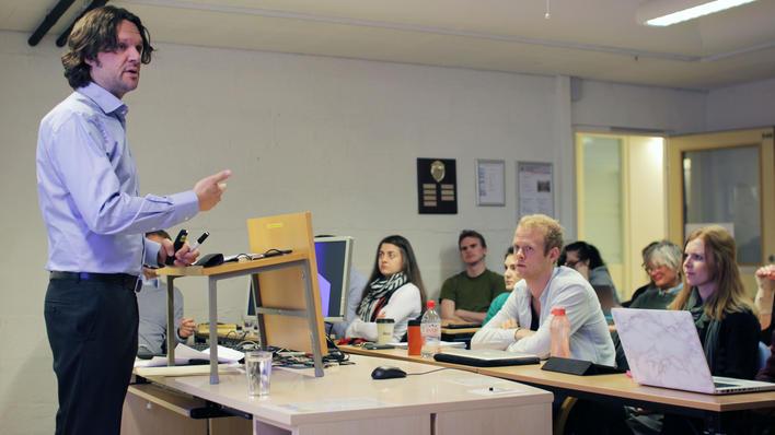 """Tarjei Skirbekk, tidligere politisk rådgiver for Jonas Gahr Støre, underviser studentene ved emnet """"Strategisk kommunikasjon""""."""