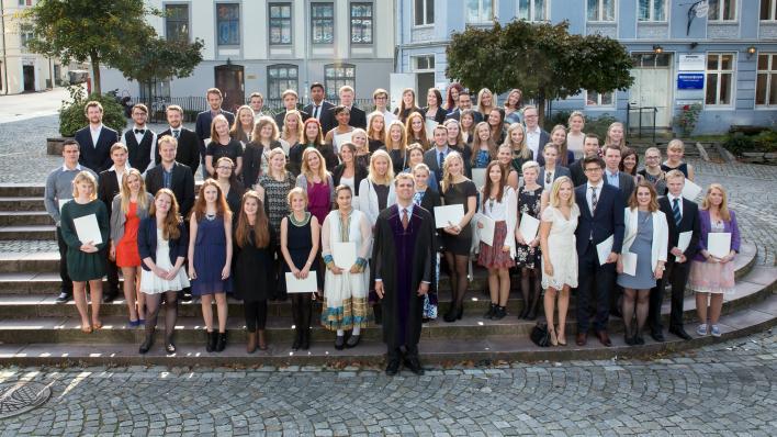 Bachelorkandidatene på Vitnemålsseremonien 2014 i trappene utenfor SV-bygget.