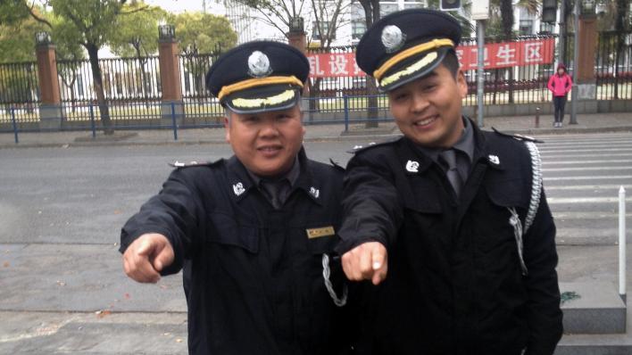 Vakter på campus ved Fudan University i Shanghai.