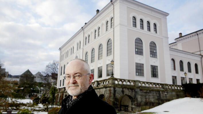 Rektor Sigmund Grønmo foran Universitetsmuseet