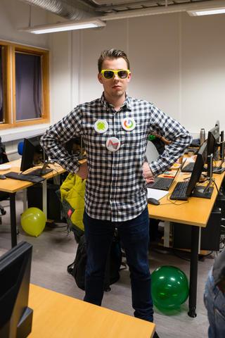 Google stilte opp med ballonger, solbriller og jakkemerker for å skape god stemning. Knut Anders Stokke gjør mentale forberedelser før det braker løs.