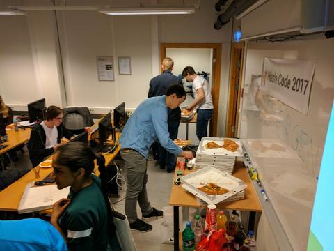 38 deltagere fordelt på 11 lag (hvorav 8 studentlag) møttes til dyst i datalaben på Høyteknologisenterent. Da trengs det en del pizza.