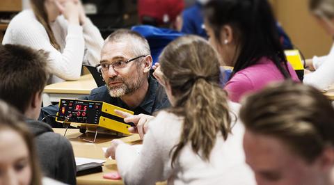 Stein Dankert Kolstø viser elevene hvordan de gjennomfører et fysikk-eksperiment
