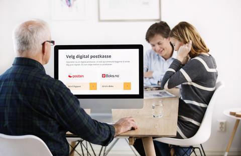 To personer som ser på en pc-skjerm med bilde av logoen til digital postkasse