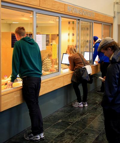Students in the Student information centre