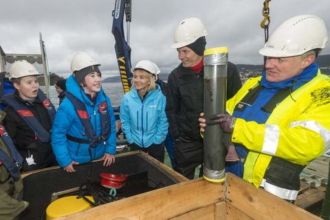 Skoleelever på tokt i byfjorden