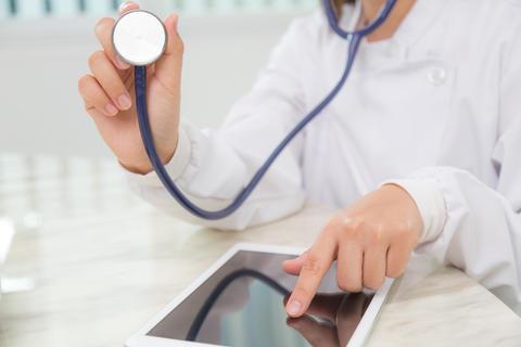 Illustrasjon av lege med stetoskop og nettbrett