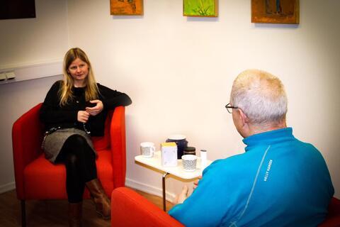 Marianne Walderhaug i filosofisk samtale (her med en kollega fra fengselet som illustrasjonsbilde).