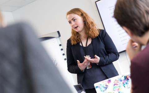 Sigrid Kolbjørnsen pitcher et seriekonsept for ITV og for sine medstudenter.