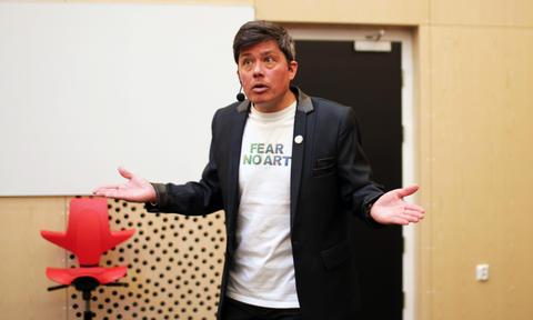 Michael Alvarez, førsteamanuensis ved sammenlignende politikk ved Universitetet i Bergen, gjestet Amalie Skram videregående skole.