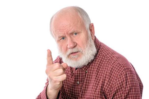 Bilde av en eldre mann som viser pekefingeren på en irettesettende måte