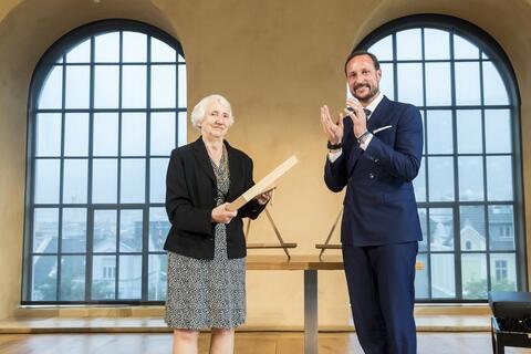 Onora O'Neill gratuleres av Kronprins Håkon