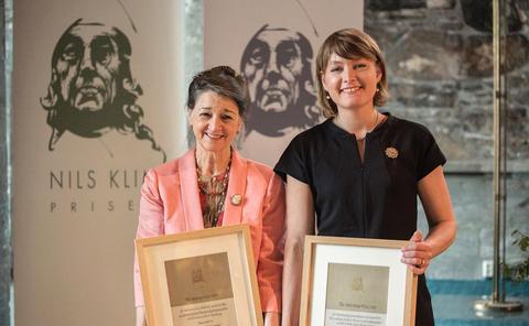 Marina Warner og Rebecca Adler-Nissen på prisutdeling i Håkonshallen