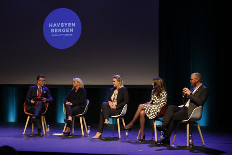 Rektor Dag Rune Olsen i paneldiskusjon med blant andre Monica Mæland under havkonferansen