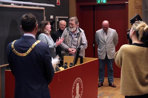 Frank Aarebrot får tale av Studentersamfunnets leder Oda Bjerkan etter sin siste offisielle forelesning.