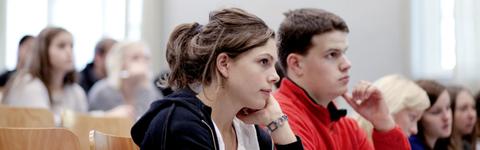 Studenter, en gutt og en jente, sitter på infomøte