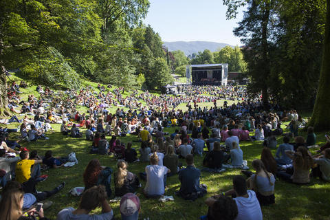 A SPIRITED START: Thousands of students from more than 100 countries gathered in Nygårdsparken in Bergen city centre to celebrate the start of the new academic year.  Photo: Emil Weatherhead Breistein, University of Bergen