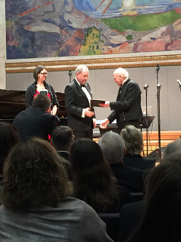 Akslen and Wik receives the grant from Olav Thon,  on stage at the University Aula in Oslo, under the Munch painting The Sun.