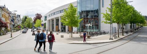 Studenter går utenfor studentsenteret