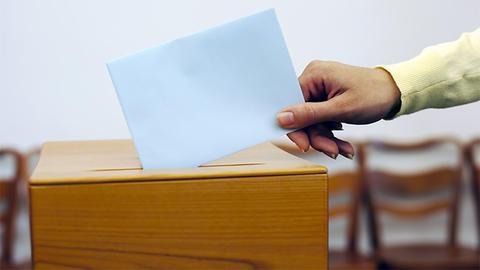 Illustrasjonsfoto: Stemmeseddel legges i valgurne.