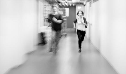 to mennesker løper i en korridor