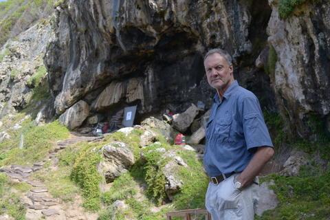 Professor ved AHKR, Christopher Henshilwood, utenfor Blombos-grotten i Sør-Afrika. Hans foreslåtte forskningssenter er med i kampen å få SFF-merkelapp.
