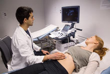 Medisinstudent øver på ultralyd