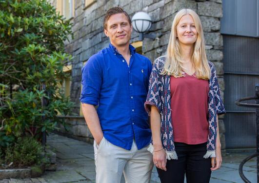 Vilde Sandvik og Nicolai Misje utenfor jussbygget