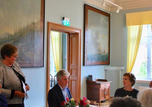 Bilde av taler ved bordet