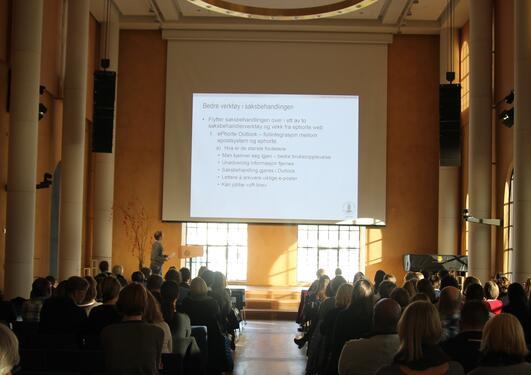 UiB-tilsette på møte i aulaen.