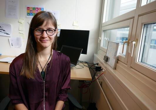 Dr. Alicia Donnellan Barraclough sitter på kontoret sitt