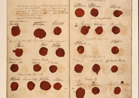 Document from 17 May 1814 with the seals and signatures of the delegates at the constitutional Norwegian assembly.