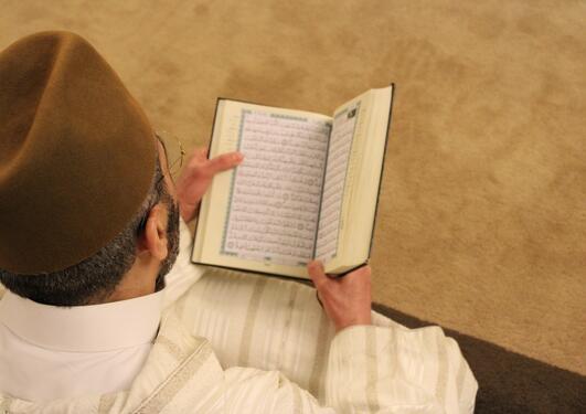 Mann som leser koranen
