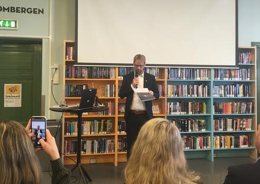 Byrådslederen i Bergen mottar utvalgets rapport.