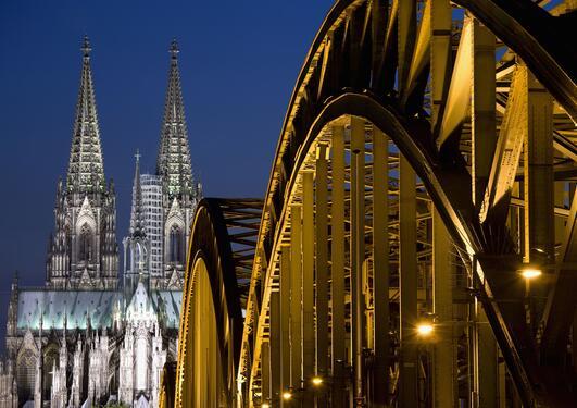 Foto av kirkespir og bro